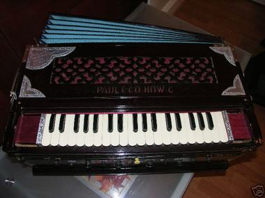 Paul_co_harmonium