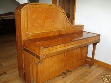 Upright_grand_piano